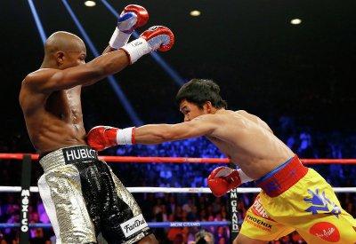 36-летний боксёр Мэнни Пакиао по очкам уступил Мейуэзеру