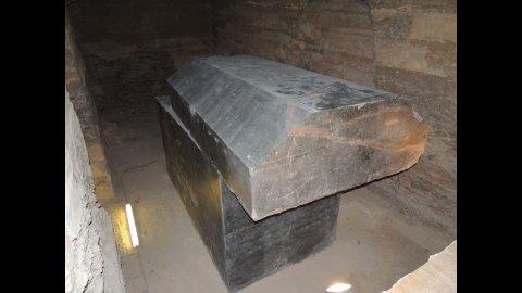 Обнаружены гигантские черные capкофаги под Египетской пирамидой.