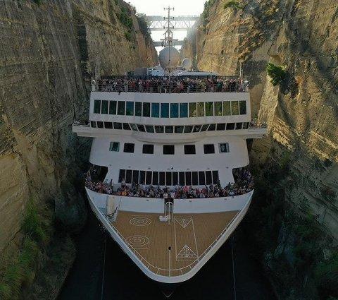 Гигантский круизный лайнер «протиснулся» через Коринфский канал