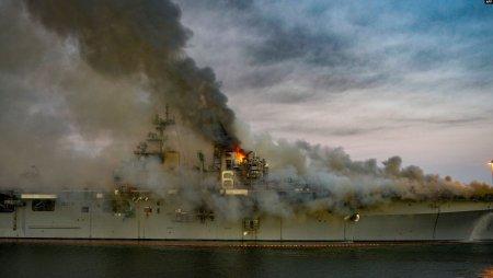 На горящем в США военном корабле обрушилась надстройка