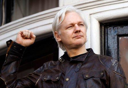 """""""Кто контролирует интернет, контролирует мир. Если глобальная сеть становится тоталитарной, то таковым становится и весь мир, буквально в одну секунду.""""  (Джулиан Ассанж)"""